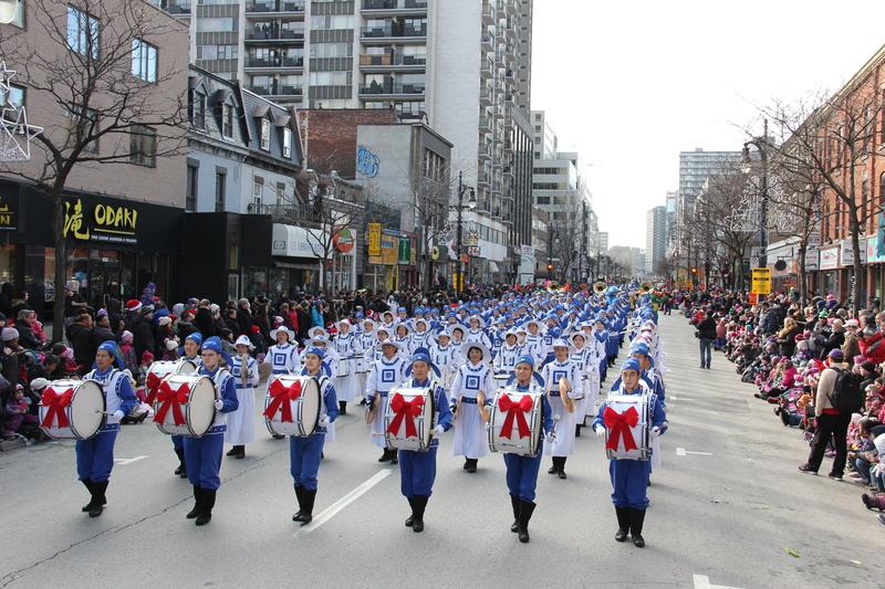 2015-11-22-minghui-montreal-christmas_parade-02